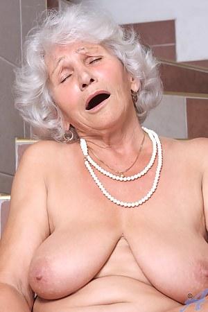 Free MILF Orgasm Porn Pictures