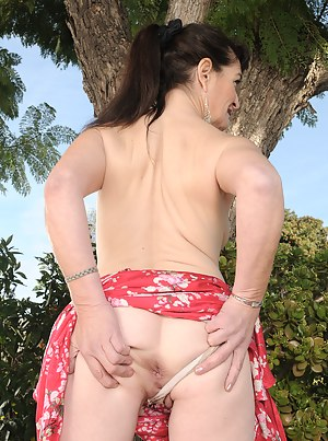 Free MILF Spread Ass Porn Pictures